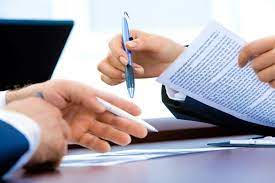 immagine di mani di persone che contrattano e firmano