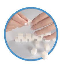 mani che sistemano blocchetti giocattolo